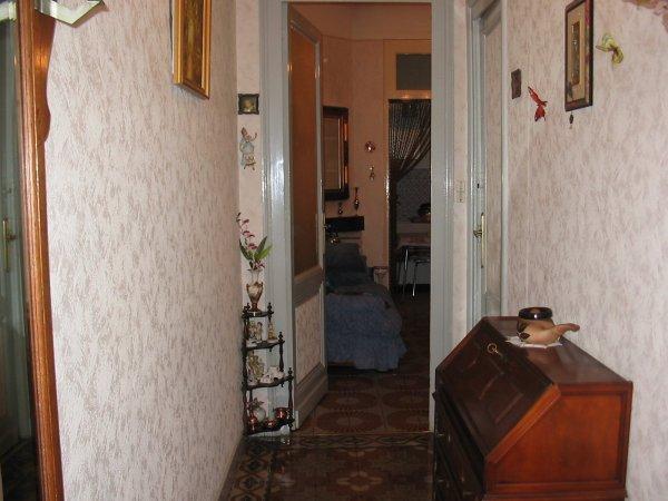Apr s la premi re visite chez nous enfin - Papier peint pour couloir sombre ...